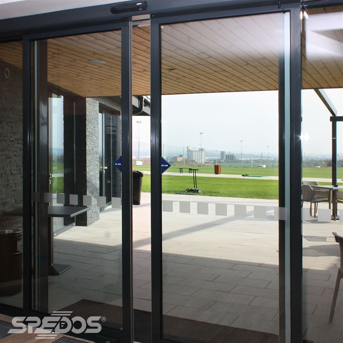 Posuvné automatické dveře pro golfový klub Nitra