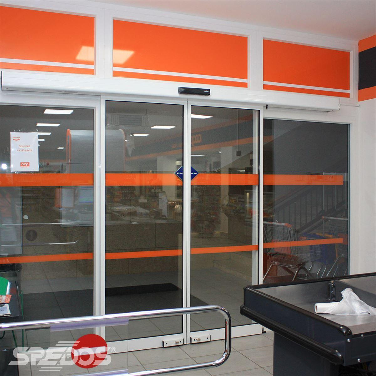 Zavřené posuvné automatické dveře