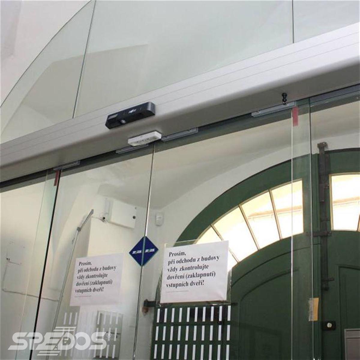 Dvoukřídlé otočné automatické dveře