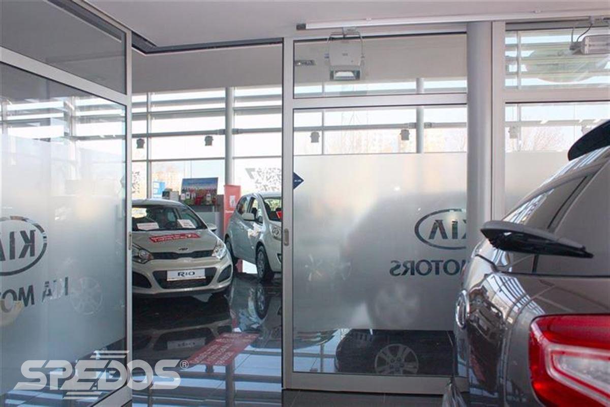 hliníková konstrukce automatické dveře autosalon