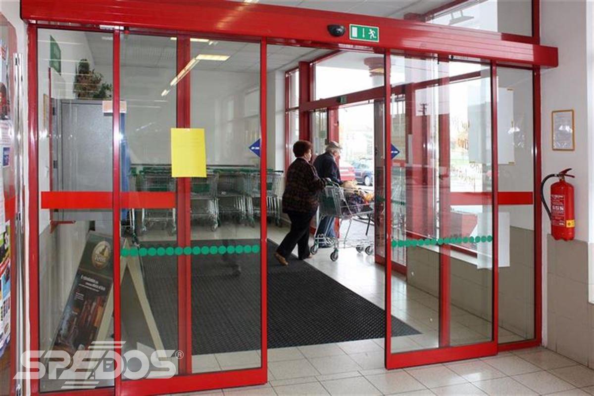 hliníková konstrukce automatických dveří v supermarketu