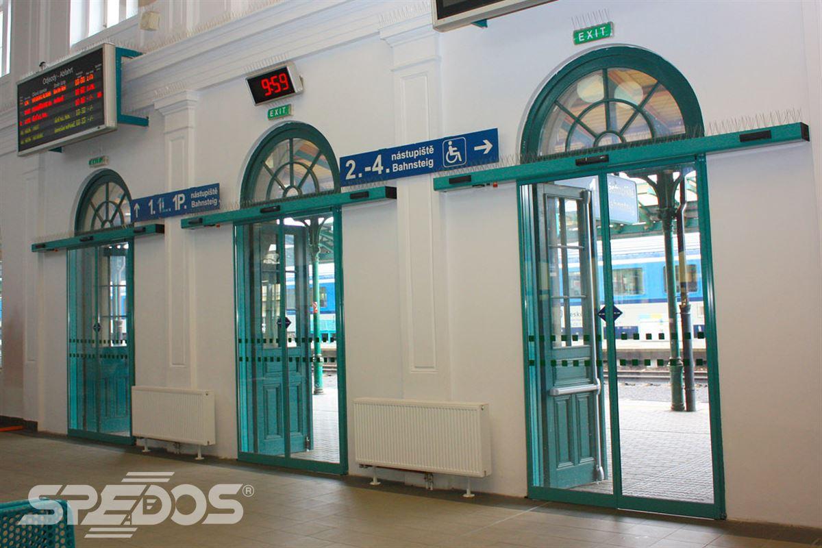 Automatické posuvné dveře na vlakovém nádraží