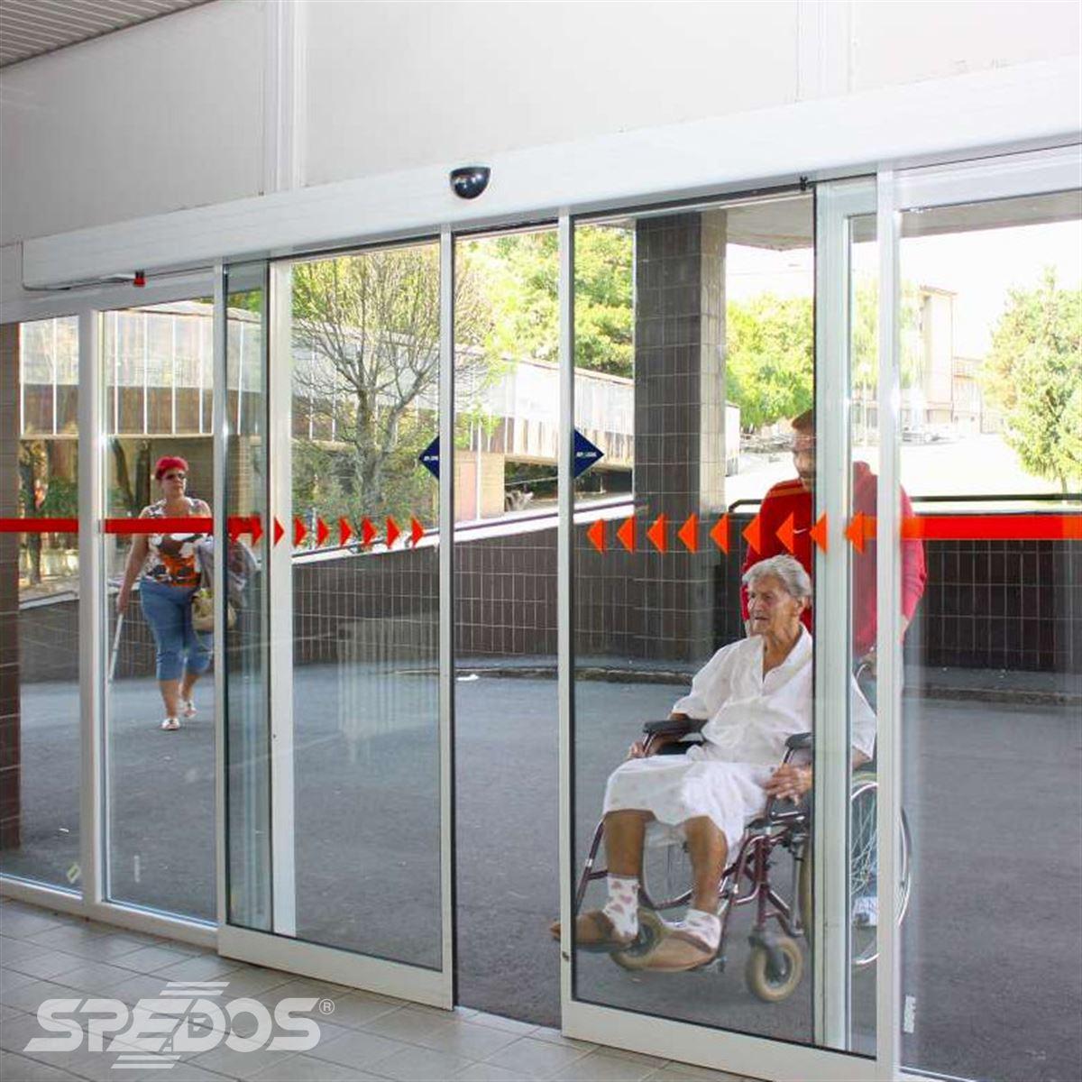 Dvoukřídlé automatické dveře v nemocničním pavilonu