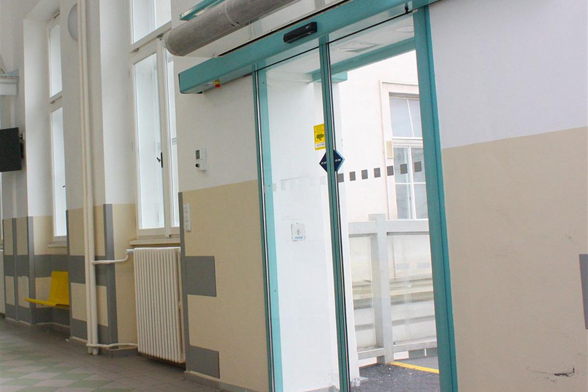 Automatické posuvné dveře modré