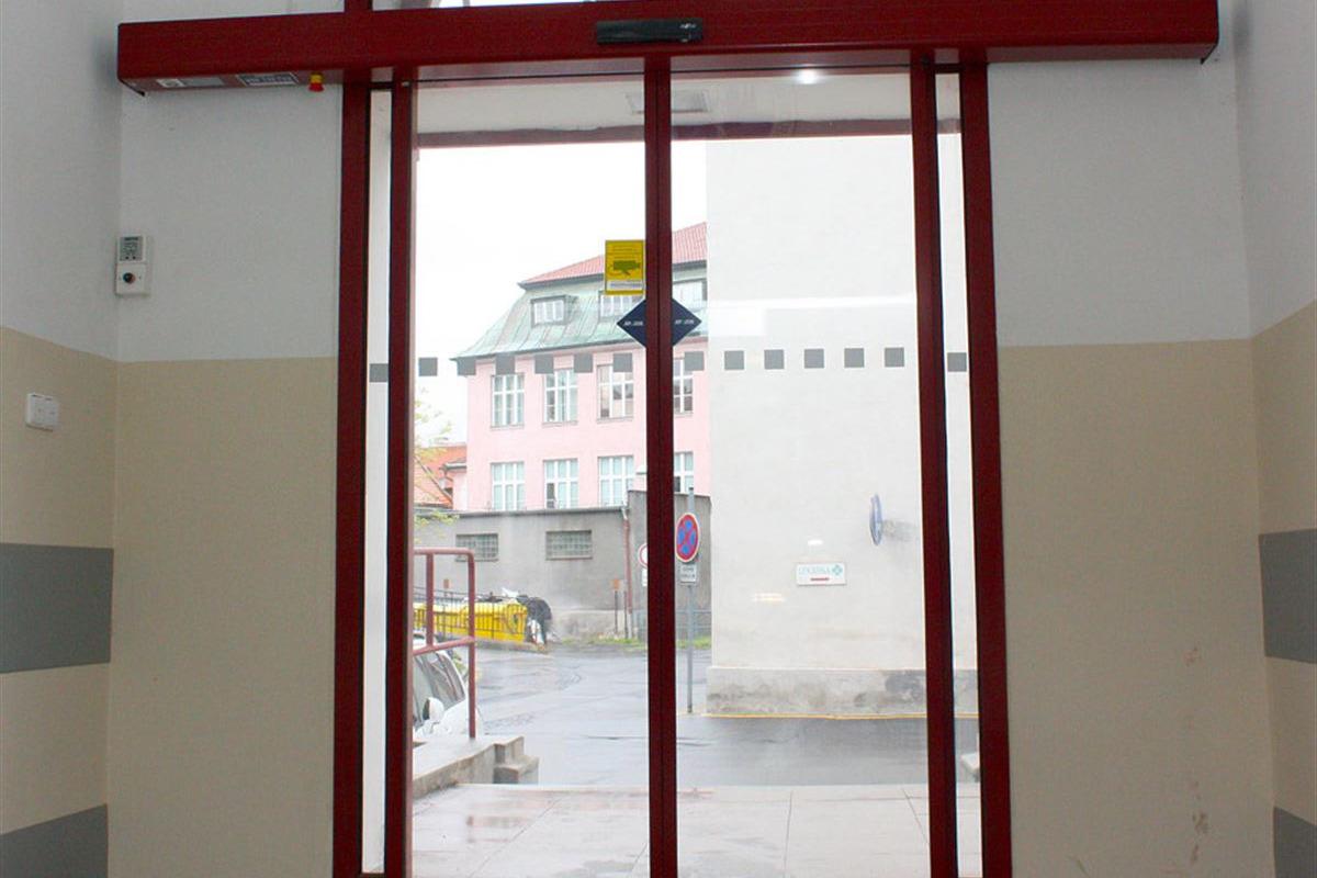 Dvoukřídlé automatické dveře červené barvy