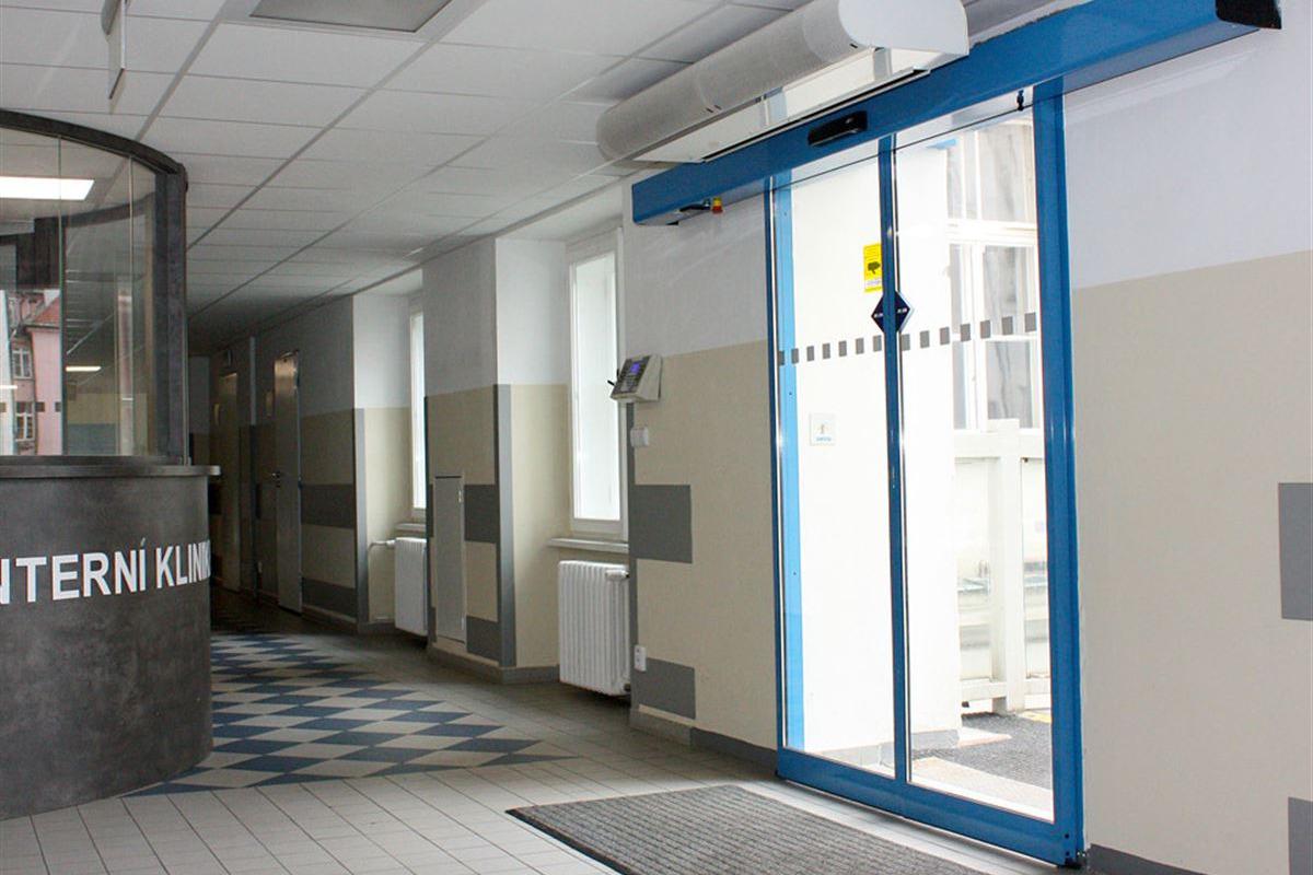 Automatické dveře posuvné modré barvy