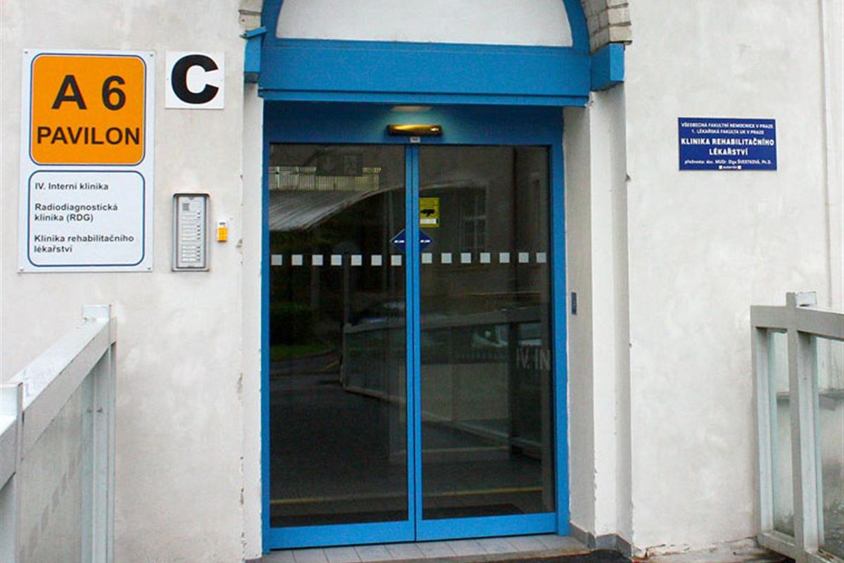 Dvoukřídlé automatické dveře modré zvenku