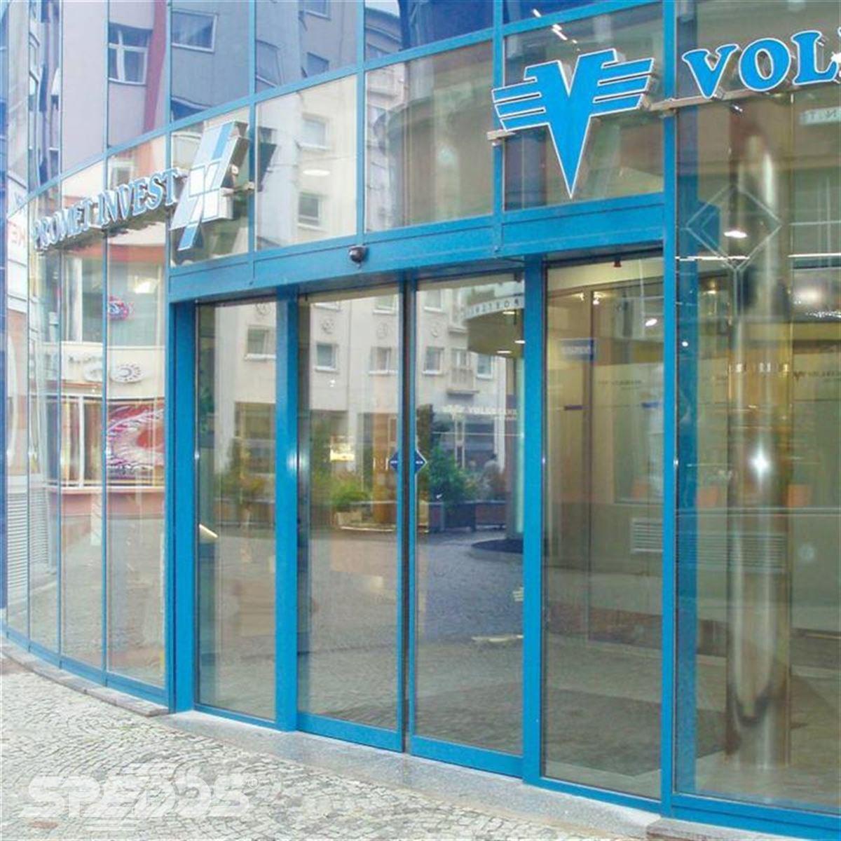 automatické dveře v prosklené fasádě