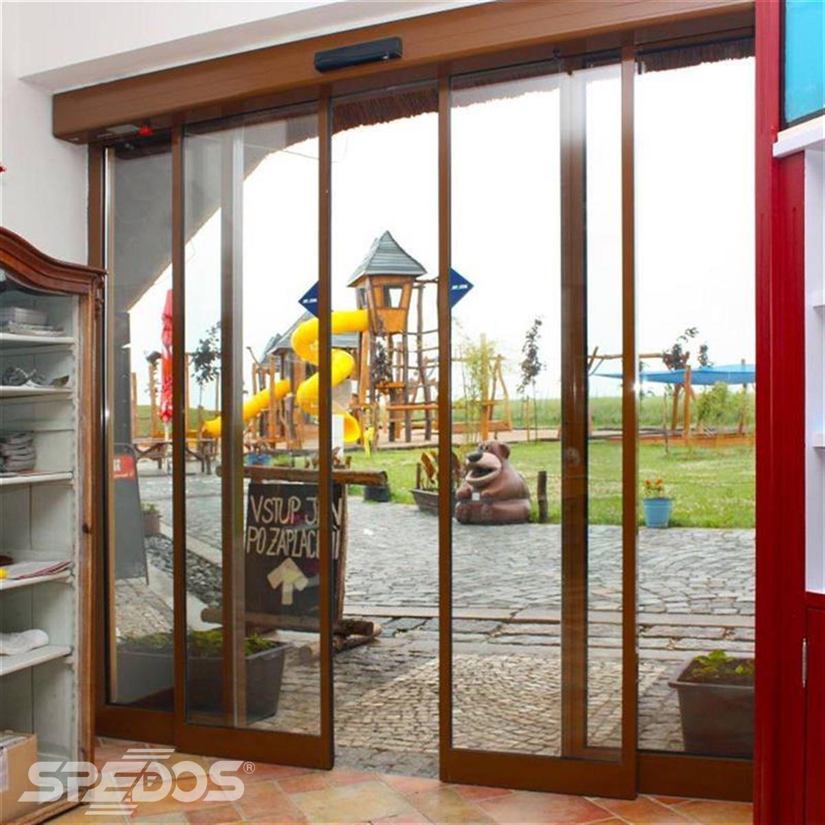 automatické posuvné dveře s imitací dřeva