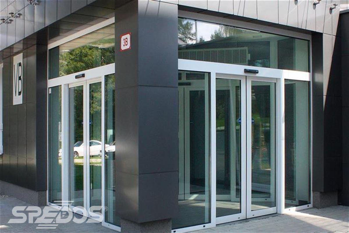Automatické posuvné dveře v komerční budově