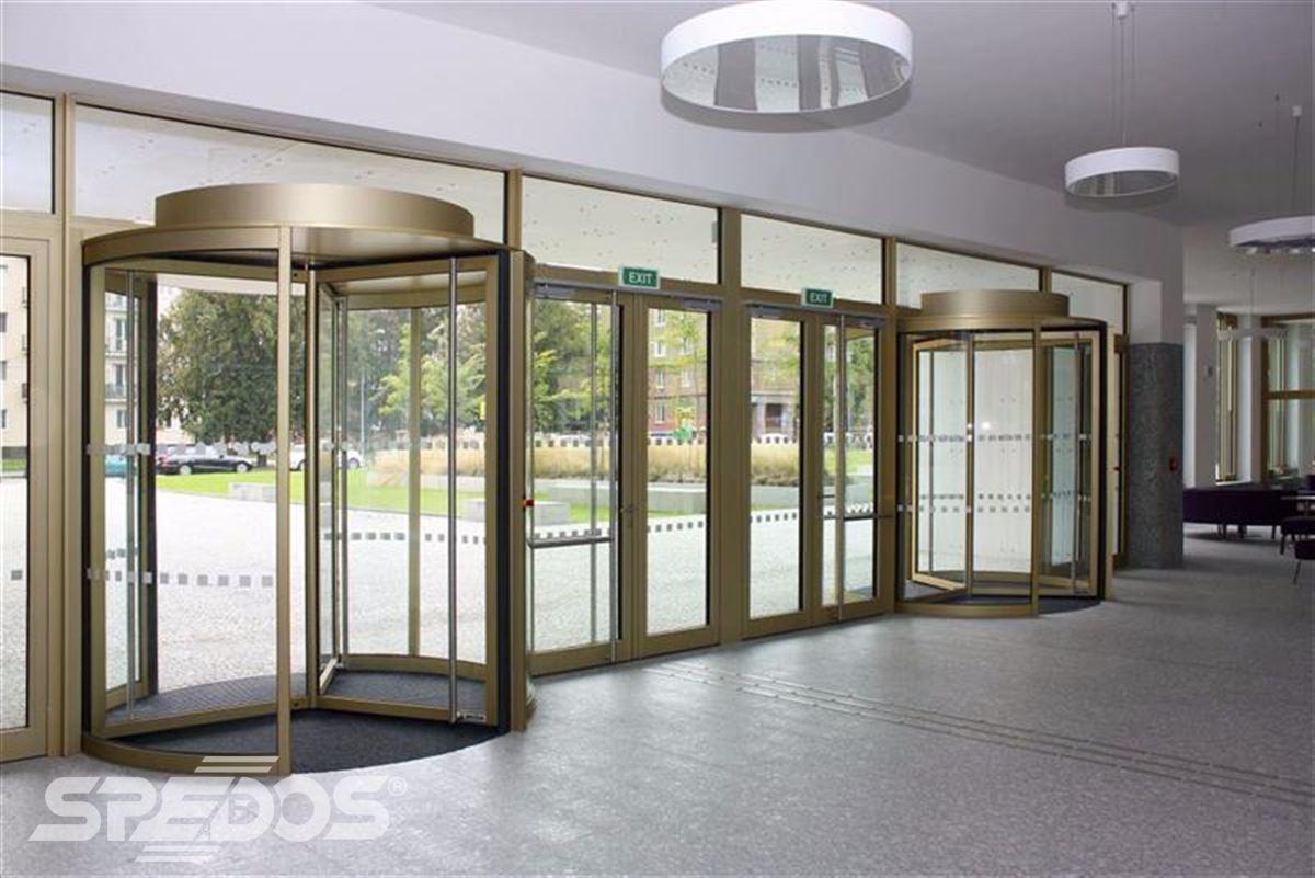 Automatické a karuselové dveře pro Masarykovu univerzitu