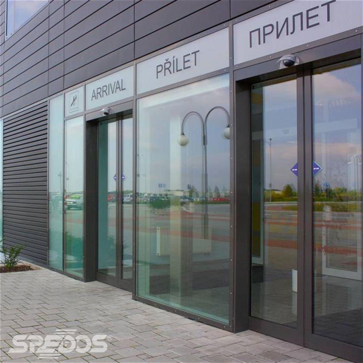 automatické vstupní dveře na letiště