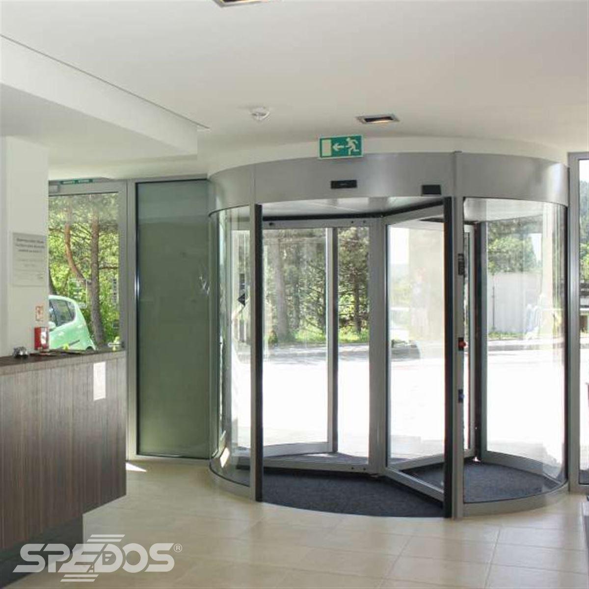 Karuselové dveře v hotelu
