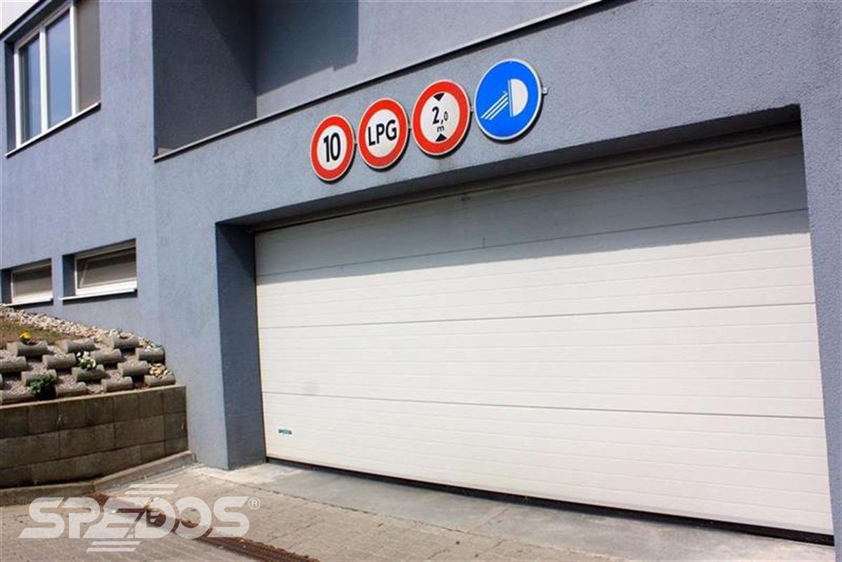 bezpečnostní sekční garážová vrata světlá