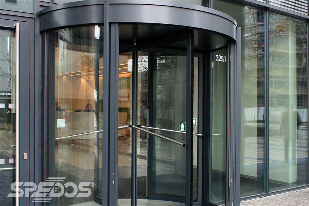 Karuselové dveře Tourniket pro vstup do budovy