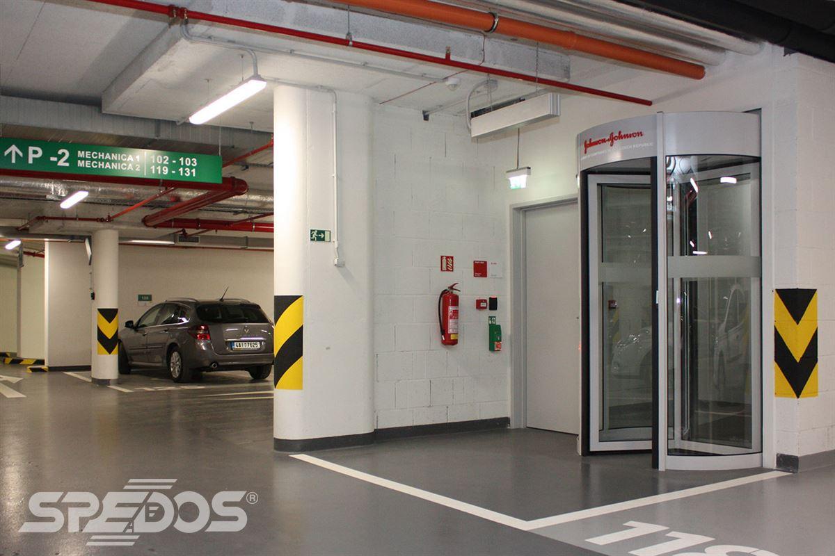 Karuselové dveře otočné v garáži