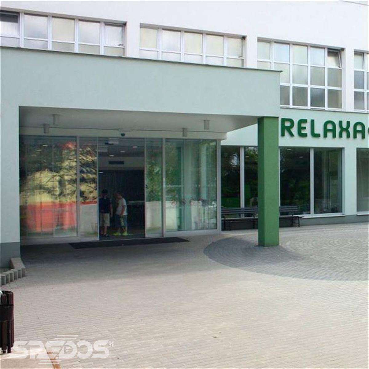 budova relaxačního centra s dveřmi Spedos