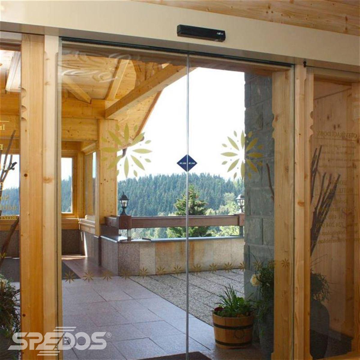 celoskleněné dveře s dřevěnými lištami pro beskydský hotel 2