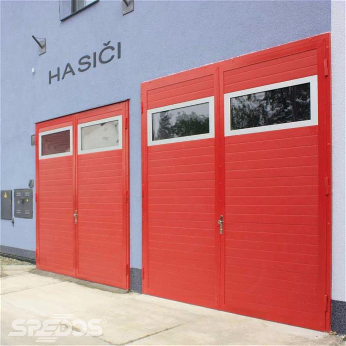 Průmyslová sekční vrata s červenou barvou