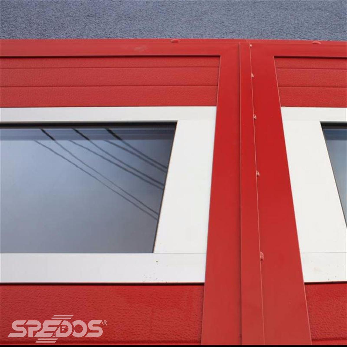 Červená vrata pro garáže hasičů