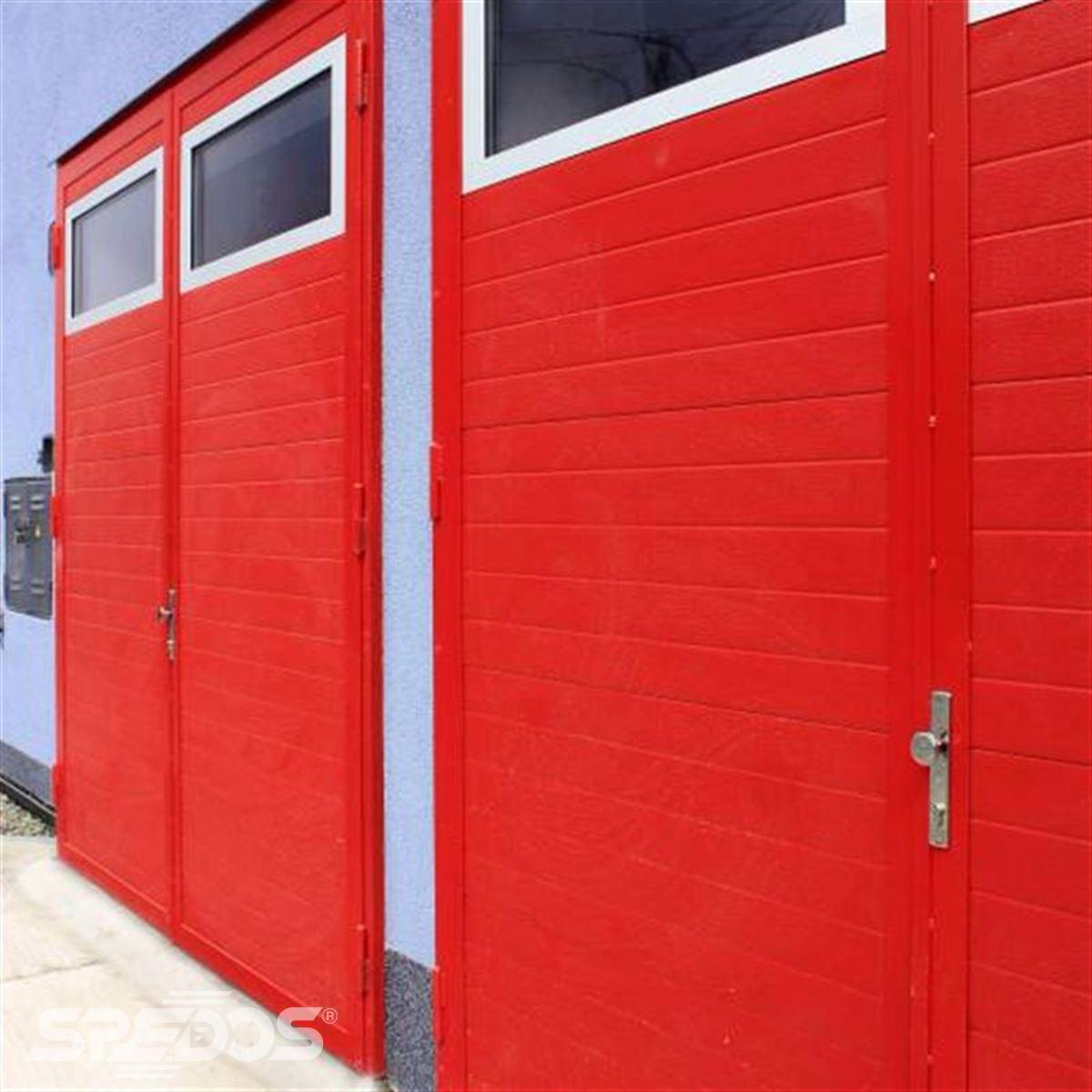 Průmyslová sekční vrata s dveřmi červené barvy