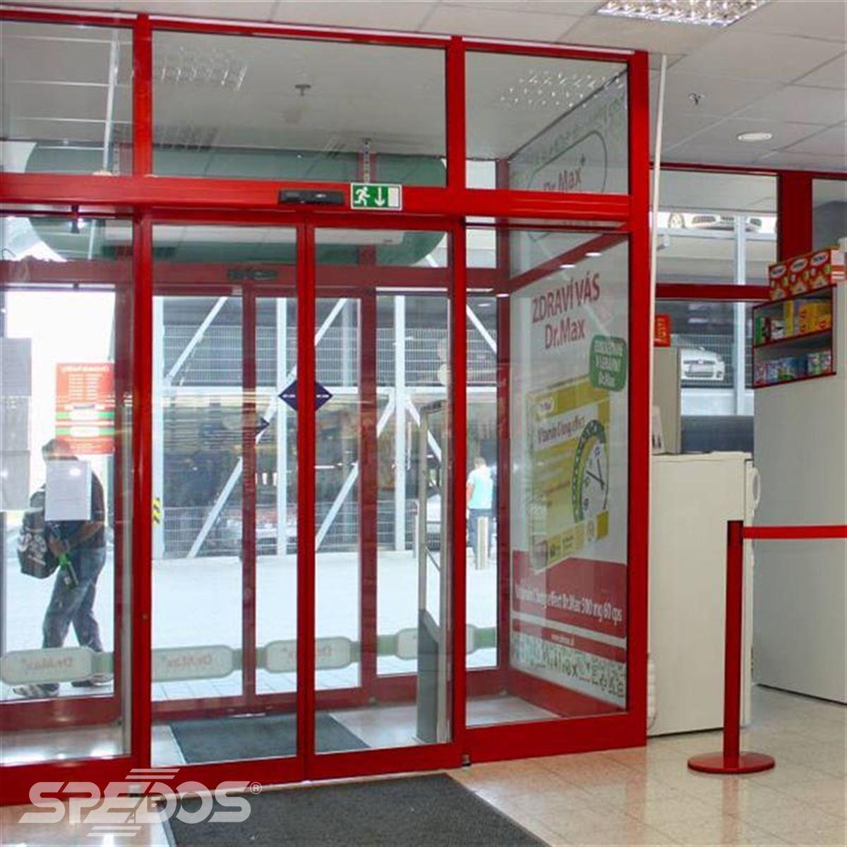 Červené automatické dveře dvojkřídlé