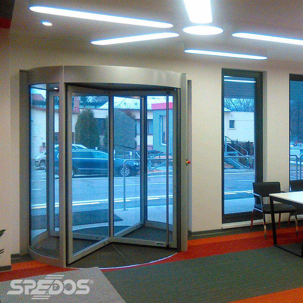 Karuselové dveře pro vstup do firmy