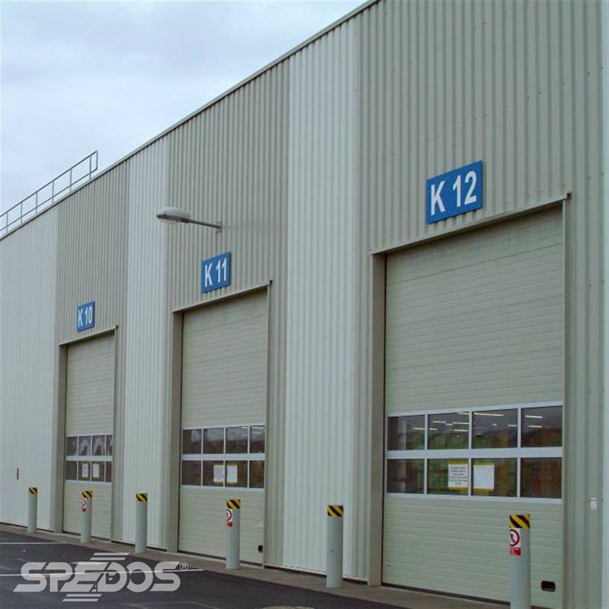 Průmyslové sekční garážové dveře s ochrannými sloupky