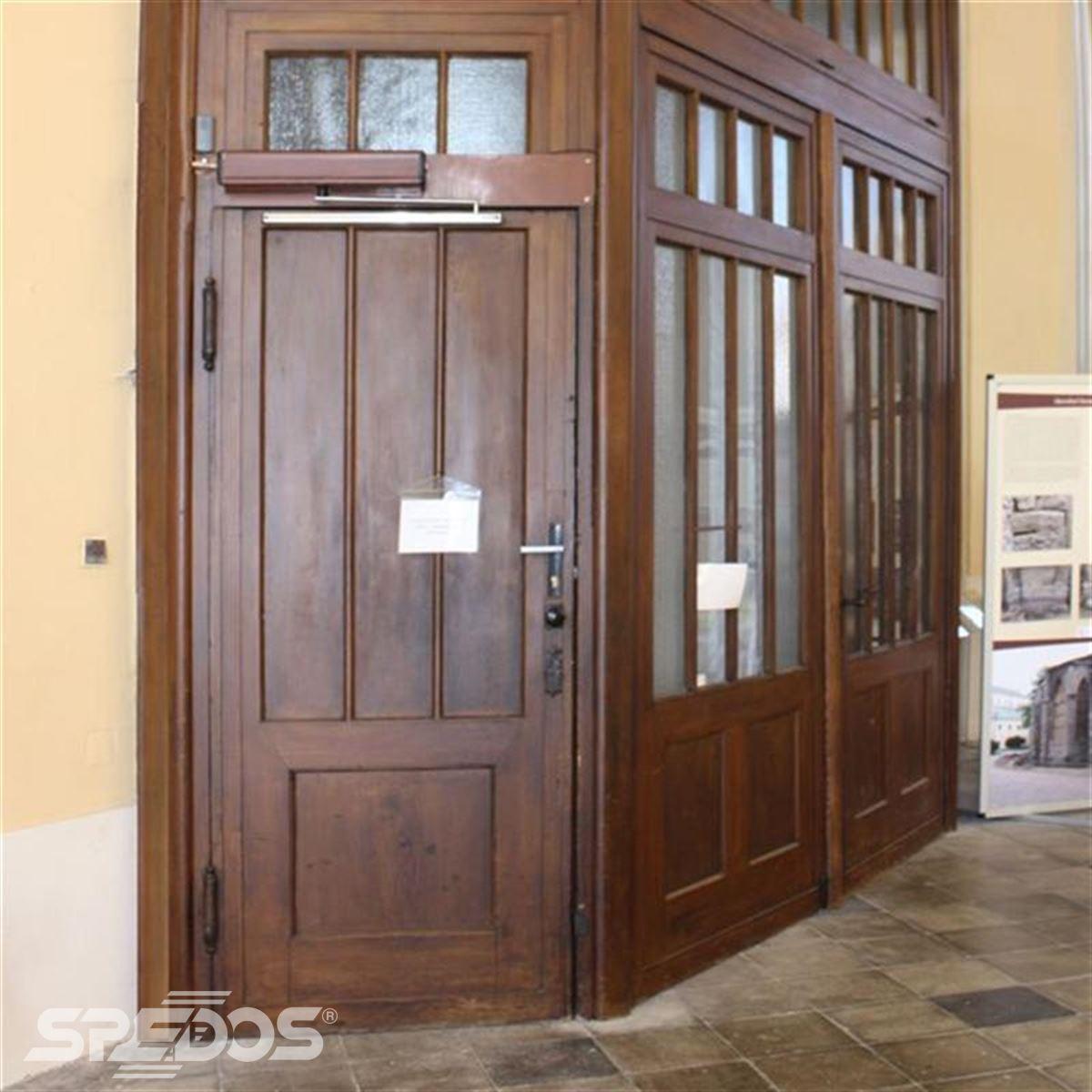 dřevěné dveře s elektrickým otočným pohonem