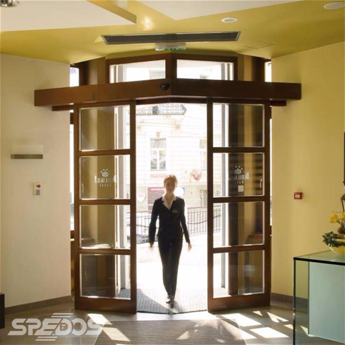 dveřní portál z dřevěných profilů