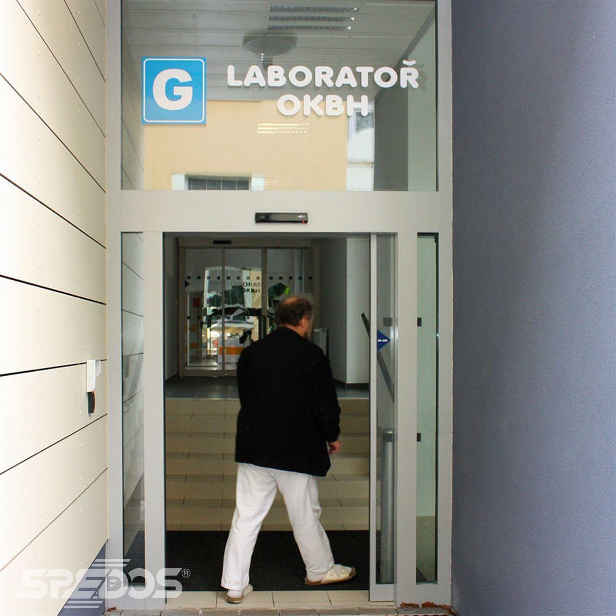 Automatické dveře u vstupu do laboratoře