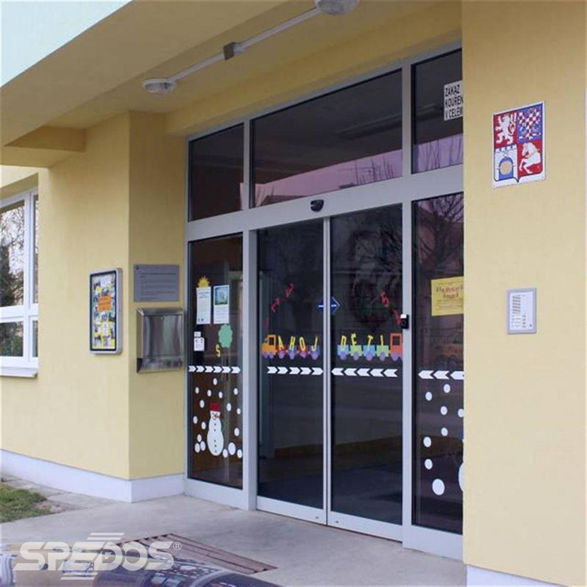 Dvoukřídlé automatické dveře posuvné v základní škole 1