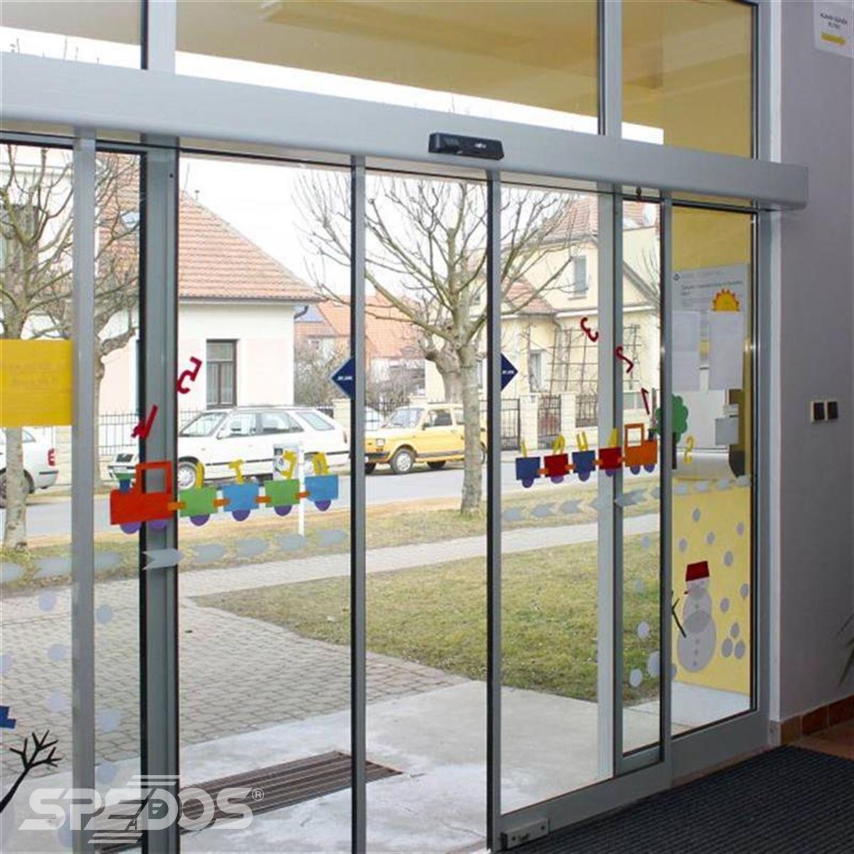 Dvoukřídlé automatické dveře posuvné v základní škole 2