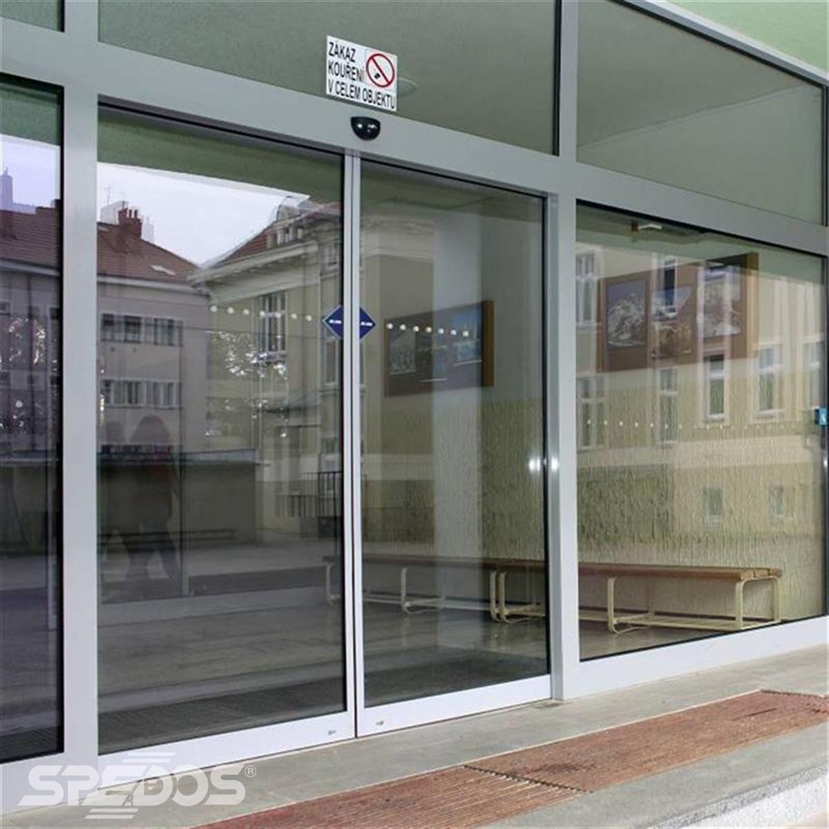 Dvoukřídlé automatické dveře posuvné v základní škole 3