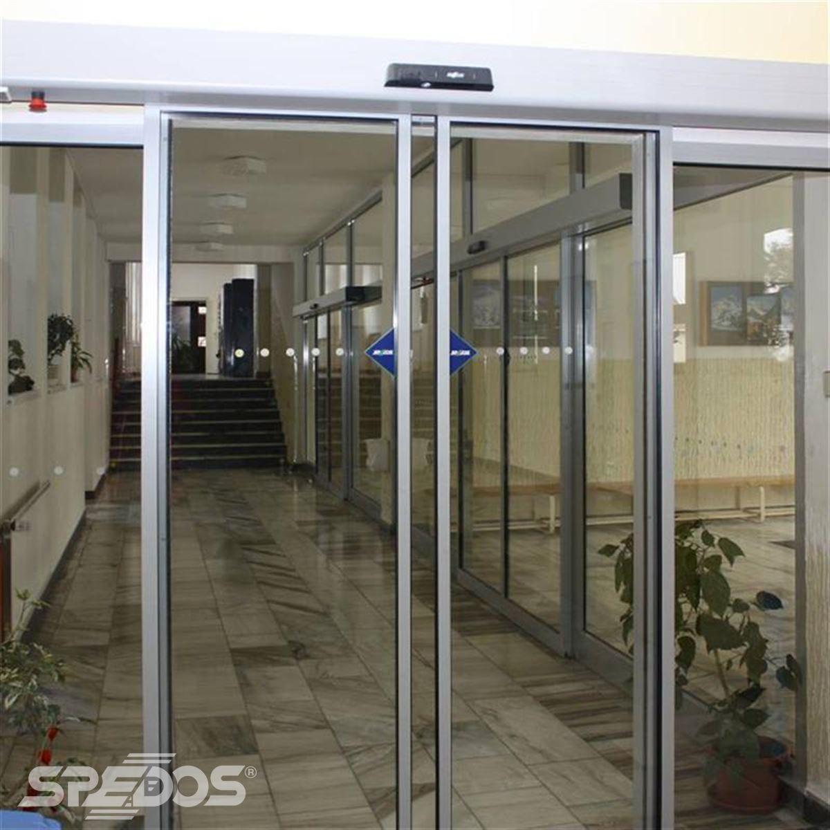 Dvoukřídlé automatické dveře posuvné v základní škole 4