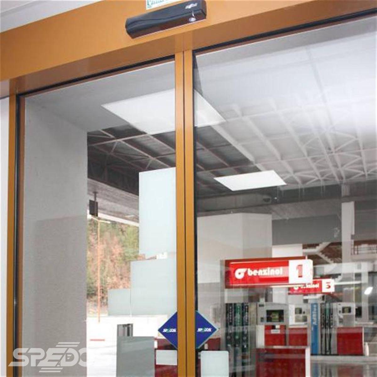 Dvoukřídlé automatické dveře na čerpací stanici