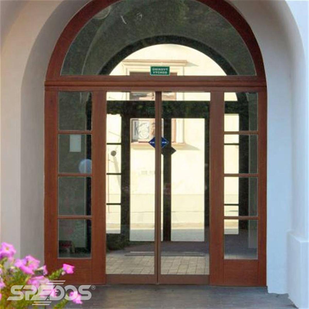 Dvoukřídlé automatické dveře v městském úřadu Uherský Brod