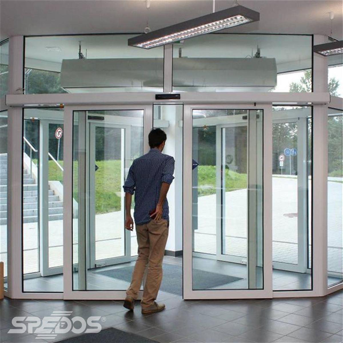 Dvoukřídlé automatické dveře posuvné v Žilinské univerzitě 3