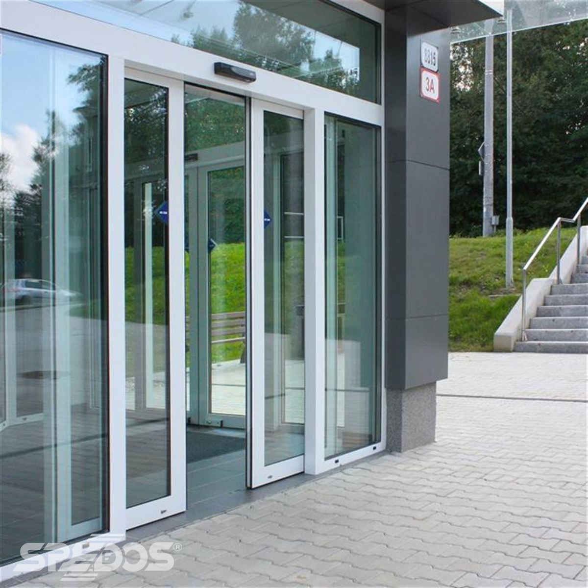 Dvoukřídlé automatické dveře posuvné v Žilinské univerzitě 8
