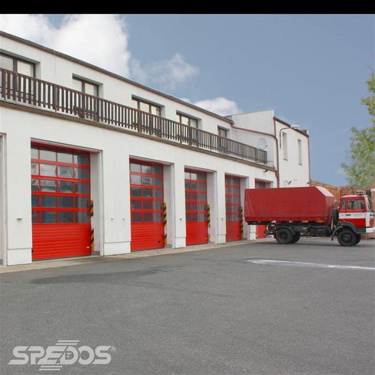 Průmyslová sekční vrata pro garáž hasičských aut