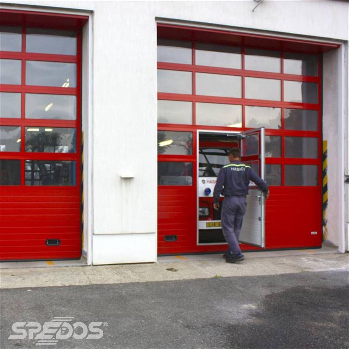 Průmyslová sekční vrata s dveřmi pro hasiče