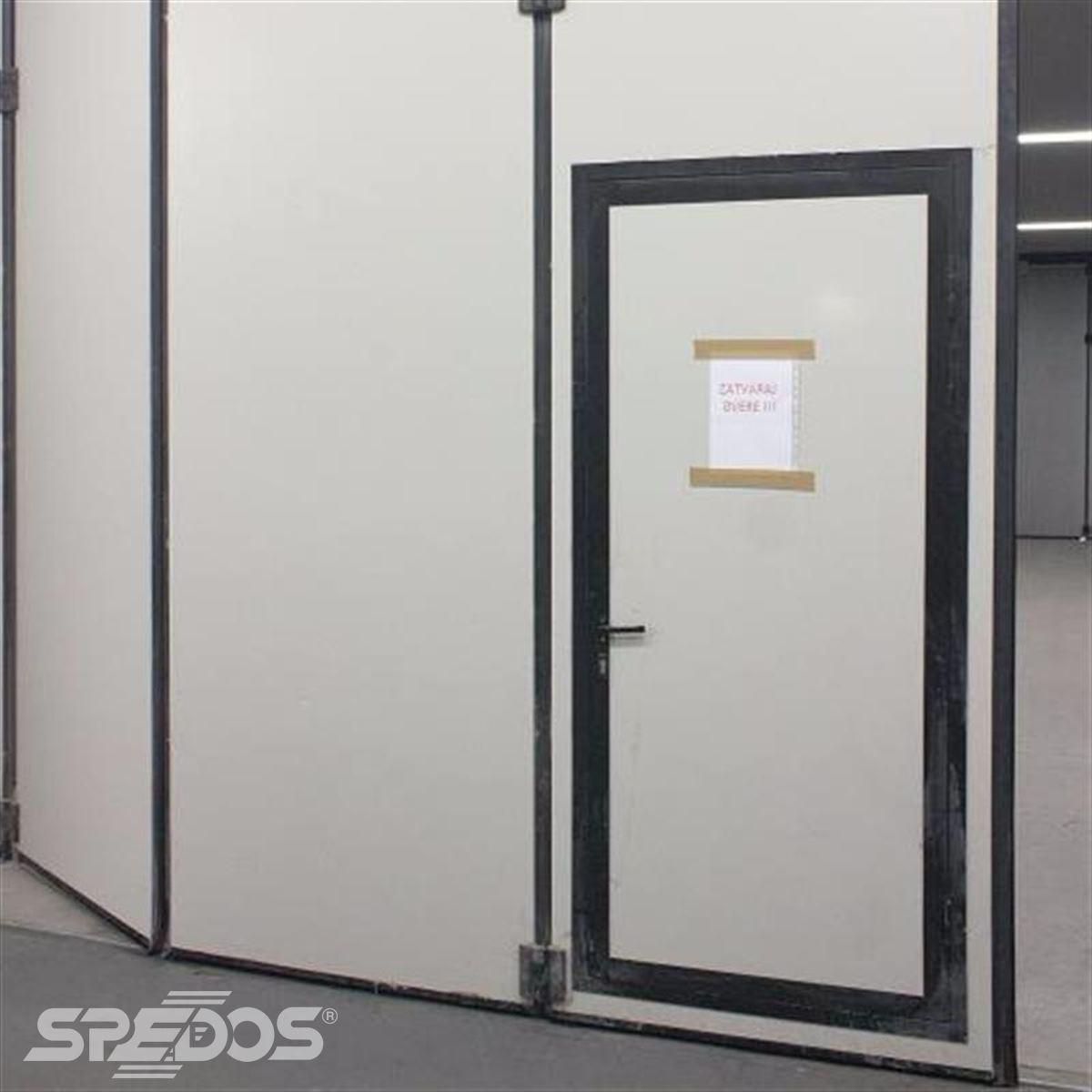 integrované průchozí dveře