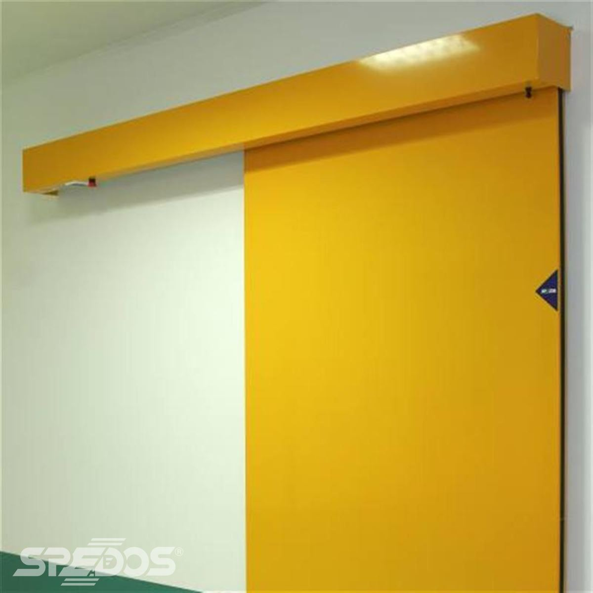 Jednokřídlé posuvné dveře ve žluté barvě