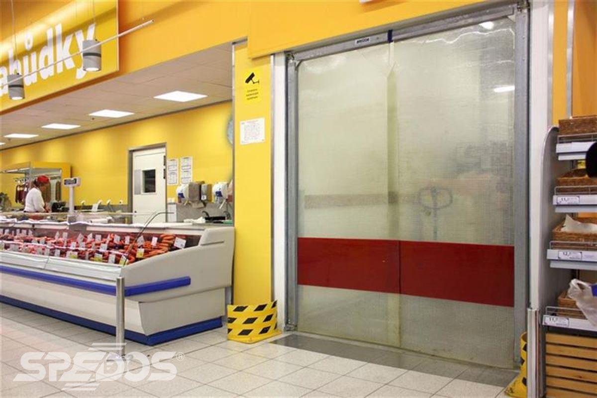kyvná vrata v hypermarketu