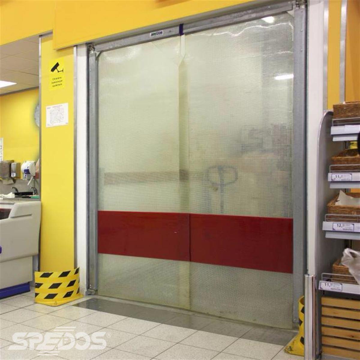 kyvná vrata v supermarketu