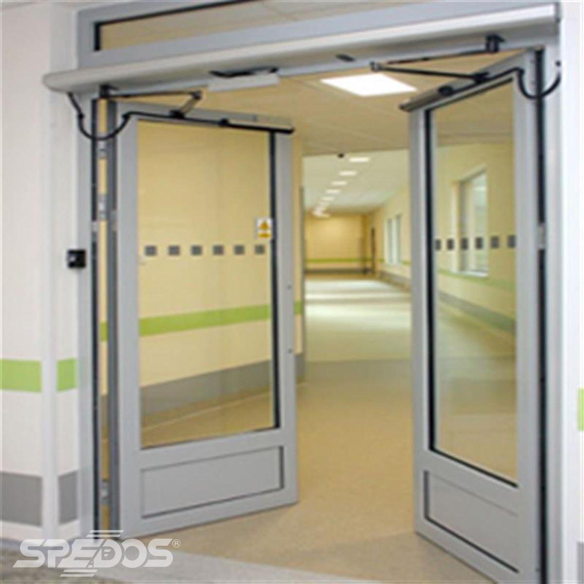 Otočné automatické dveře v nemocnici