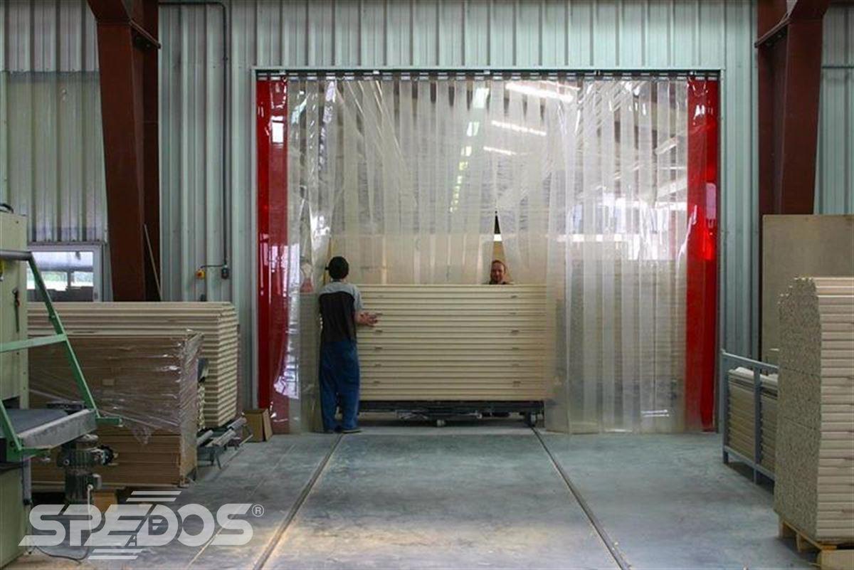 průmyslové pruhové závěsy z PVC v dílně