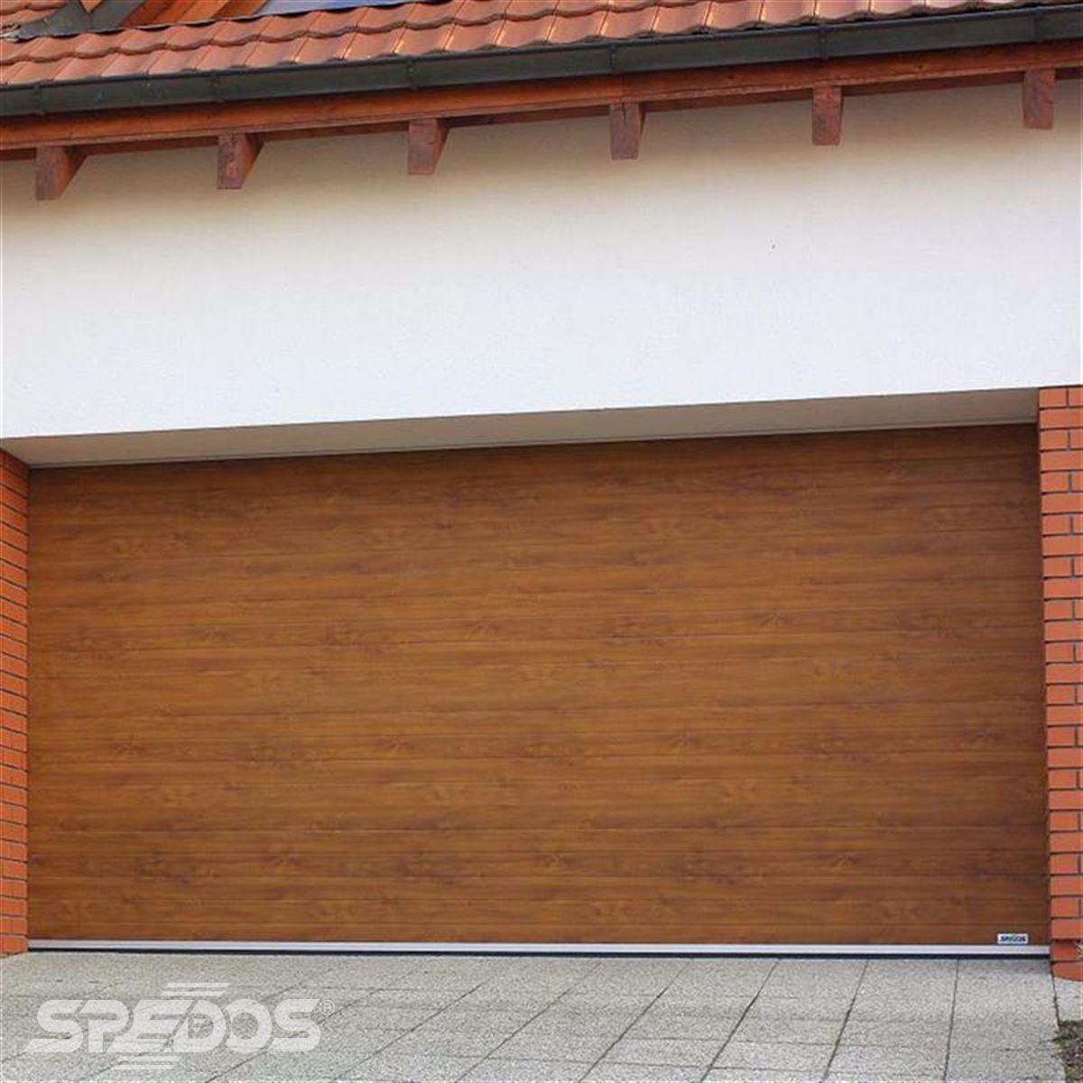 Podlouhlá garážová vrata v dřevěné imitaci