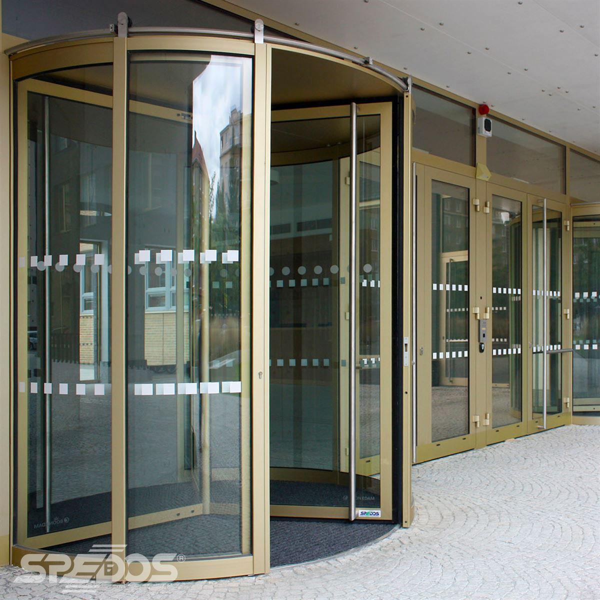 Trojkřídlé karuselové dveře
