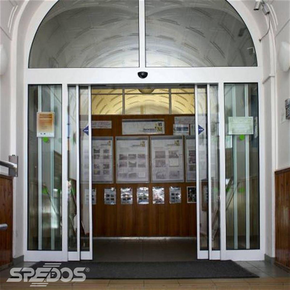 Posuvné automatické dveře v gymnáziu